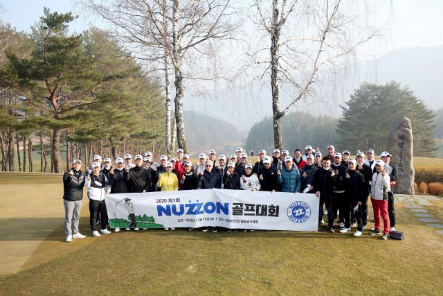 누죤패션몰 상인들과 운영진이 골프대회를 개최하고 기념 촬영을 하고 있다