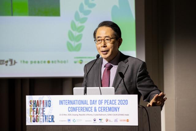 김성곤 한국조직위원회 조직위원장 겸 재외동포재단 이사장이 제39차 유엔세계평화의날 기념 행사에서 기념사를 하고 있다