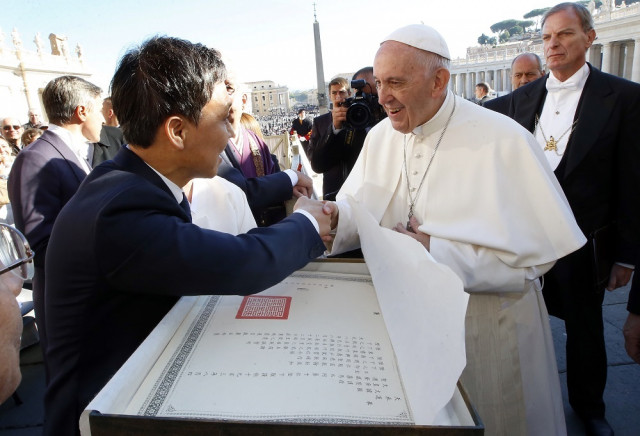 Jeonju Mayor Kim Seung-su attends the Wednesday Papal Audiences at St. Peter's Square in Vatican City and delivers Pope Francis a congratulatory letter reproduced in Jeonju Hanji, which had been sent to the Vatican in 1904 by Emperor Gojong to celebrate Pope Pius X's succession
