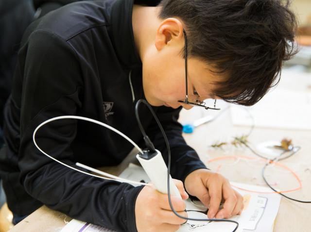 2020년 1월 사회배려대상청소년 동계캠프에 참가한 청소년이 3D펜 체험을 하고 있다