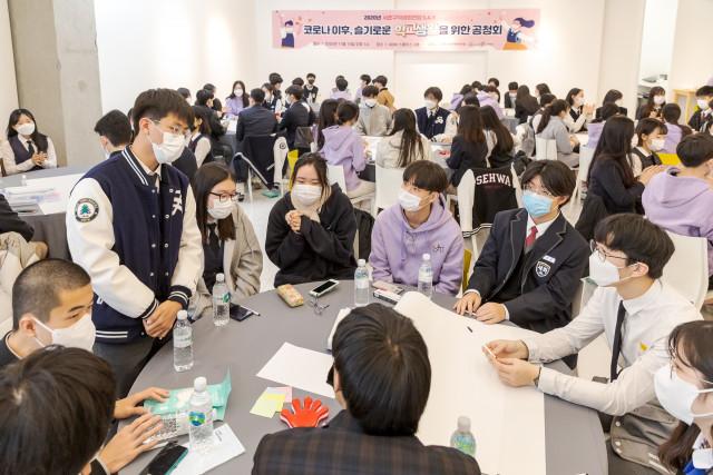 마스크를 착용하고 토의를 하는 학생회 청소년들