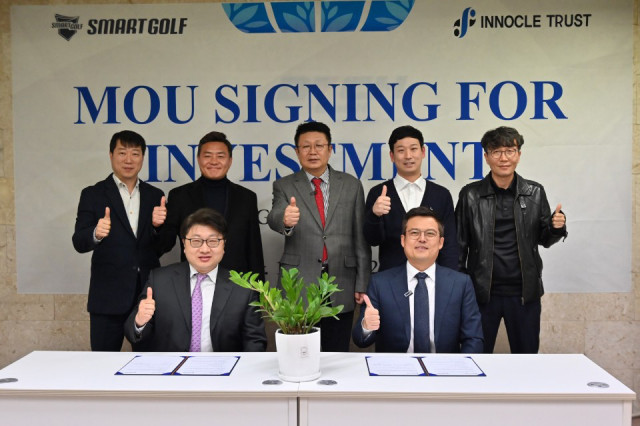 Innocle Trust CEO Seok-hwan Jang (left front), Smart Golf CEO Ji-hyung Park (right front), and other Innocle Trust and Smart Golf officials are taking commemorative photos