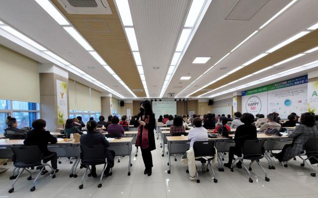중년 여성의 건강관리와 아로마요법 특강을 진행하는 국제아로마테라피임상연구센터 최승완 대표