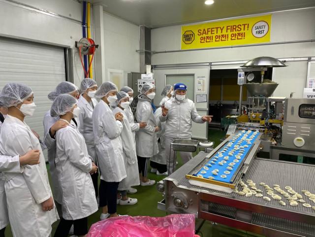 6호 보호 청소년들의 학업 및 자립 지원을 위해 취업 연계기관인 한만두식품이 기관탐방을 진행하고 있다
