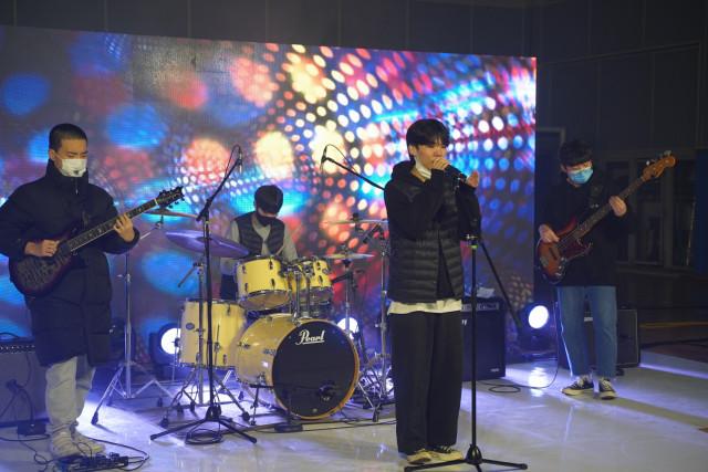 경연대회에 참가한 주사위 밴드