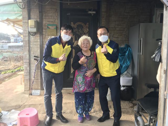 한전KPS 영흥사업처 한마음봉사단이 독거노인 가정에 보일러 교체 및 난방비를 지원하는 온기 봉사활동을 진행했다