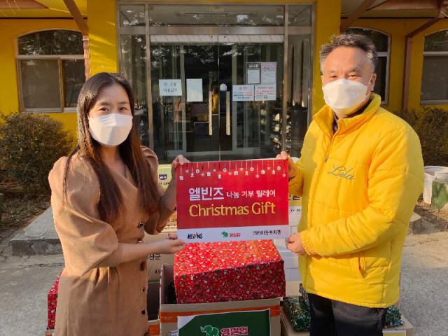 영유아식품 전문 브랜드 엘빈즈가 소외계층 아이들을 위해 리라 아동복지관에 크리스마스 선물과 자사 제품을 전달하는 행사를 가졌다
