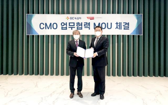 왼쪽부터 조진섭 바이넥스 CMO 사업실장, 임승호 GC녹십자 부사장이 MOU를 체결하고 기념 촬영을 하고 있다