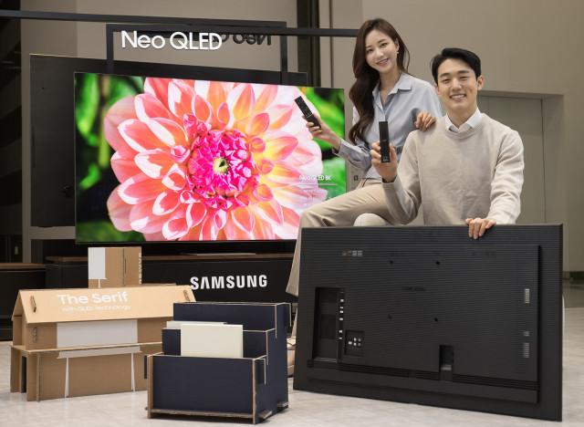 수원 삼성 디지털시티에서 2021년 신제품 Neo QLED TV와 새롭게 적용된 솔라셀 리모컨, 에코 패키지를 소개하고 있다