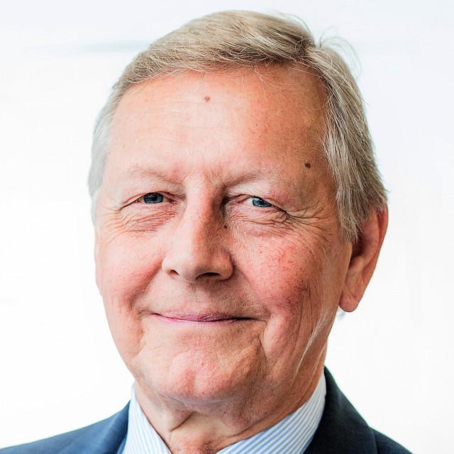마이크 더킨, OBE, MBBS, FRCA, FRCP, DSc