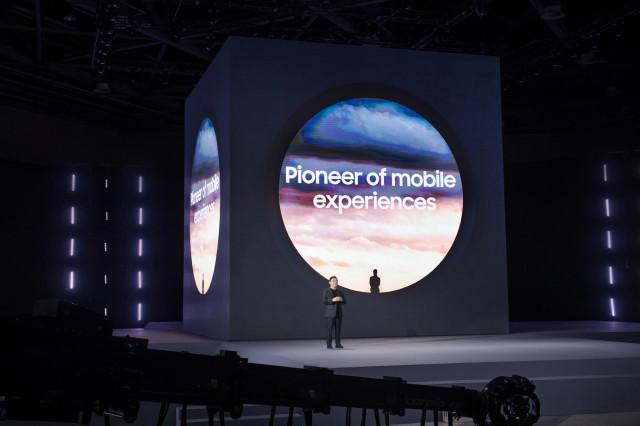 노태문 사장이 삼성 갤럭시 언팩 2021 행사를 진행하고 있다