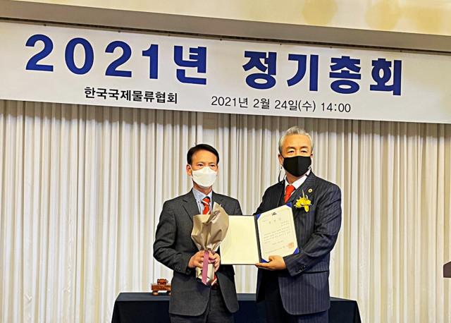 왼쪽부터 태웅로직스 최홍식 전무와 김병진 한국국제물류협회 회장이 2021년 한국국제물류협회 정기총회에서 기념 촬영을 하고 있다