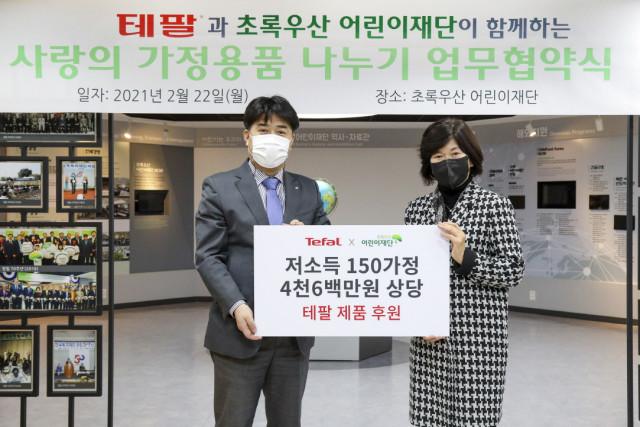 왼쪽부터 초록우산어린이재단 서울북부지역본부 본부장 이형진, 그룹세브코리아 대표 팽경인이 사랑의 가정용품 나누기 협약식에서 기념 촬영을 하고 있다