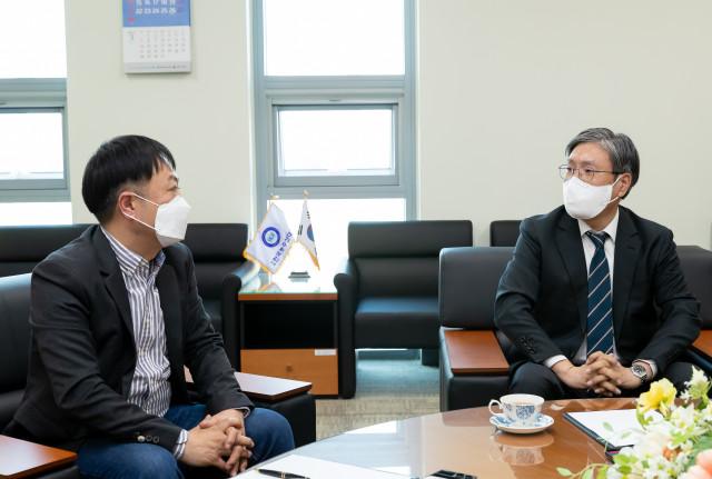 한국농수산대학이 양봉 전문 업체 온팜과 양봉 전문 인력 양성 등을 위한 업무 협약을 체결했다