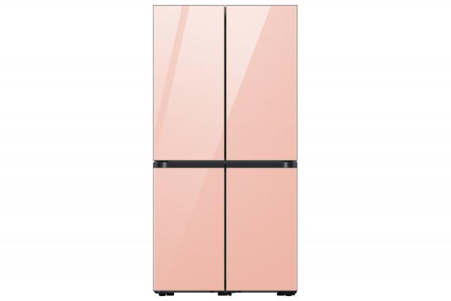 삼성전자가 출시한 글램피치 색상의 비스포크 4도어 냉장고