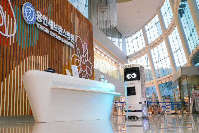 SKT-용인세브란스병원이 공동 구축한 5G 복합방역 로봇 Keemi