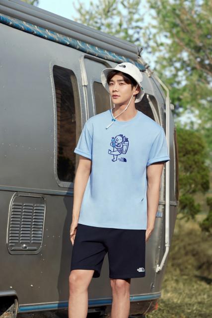 제주에서 수거된 폐페트병을 재활용한 티셔츠, 반바지 및 모자를 착용한 노스페이스 홍보대사 로운