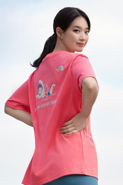 챌린지 반팔티를 착용한 노스페이스 홍보대사 신민아