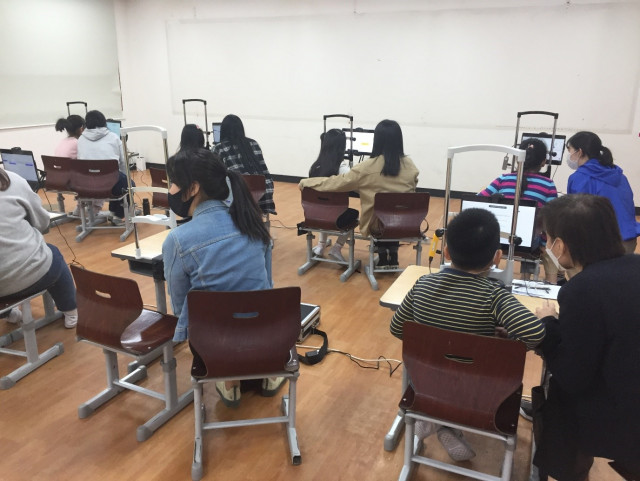 신기초등학교 학생들이 리더스아이로 읽기 능력을 측정하고 있다