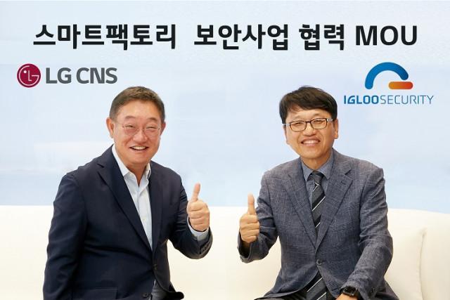 왼쪽부터 현신균 LG CNS DTI사업부장 부사장과 이득춘 이글루시큐리티 대표가 OT/ICS 보안 사업 협력을 위한 양해각서를 체결하고 기념촬영을 하고 있다
