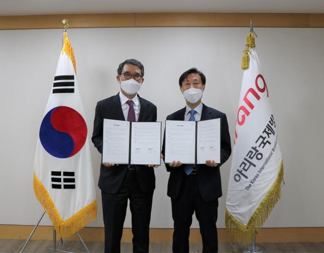 왼쪽부터 사회연대은행 김용덕 이사장과 아리랑국제방송 주동원 사장이 업무협약을 맺고 기념촬영을 하고 있다