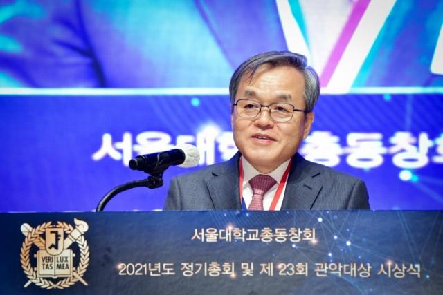 서정선 마크로젠 회장(분당서울대병원 연구석좌교수)이 서울대 관악대상 시상식에서 수상 소감을 발표하고 있다