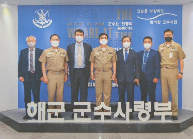 STX엔진 박기문 대표이사(왼쪽 세 번째)가 해군 군수 분야의 최고 사령탑인 해군 군수사령부를 취임 이후 처음 찾아 박노천 해군 군수사령관(왼쪽 네 번째) 등과 기념 촬영을 하고 있다