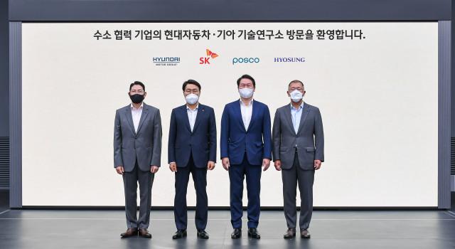 왼쪽부터 조현준 효성그룹 회장, 최정우 포스코그룹 회장, 최태원 SK그룹 회장, 정의선 현대차그룹 회장이 기념 촬영을 하고 있다