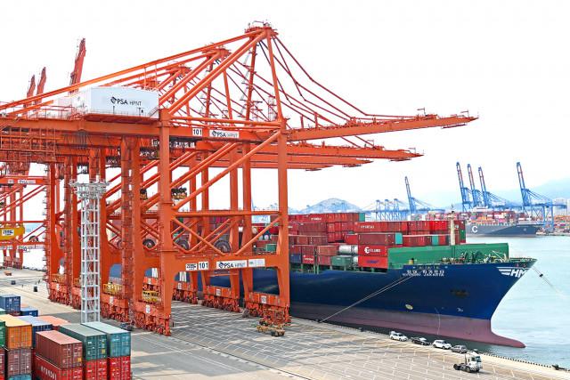 7000TEU급 컨테이너선 HMM 자카르타호가 부산 신항 HPNT에서 국내 수출기업들의 화물을 싣고 있다