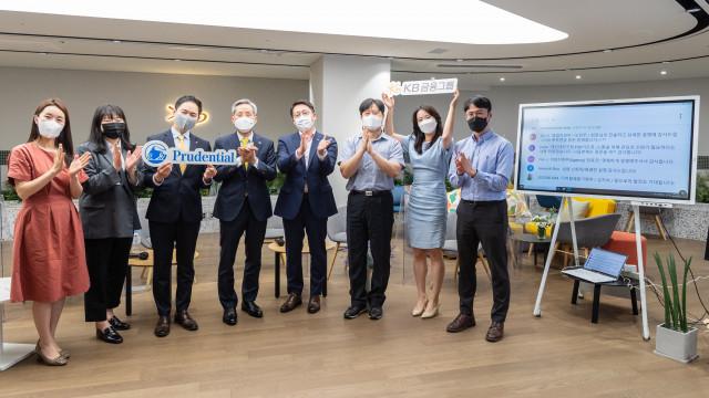 푸르덴셜생명보험 e-타운홀 미팅에서 윤종규 KB금융그룹 회장과 푸르덴셜생명보험 임직원들이 기념 촬영을 하고 있다