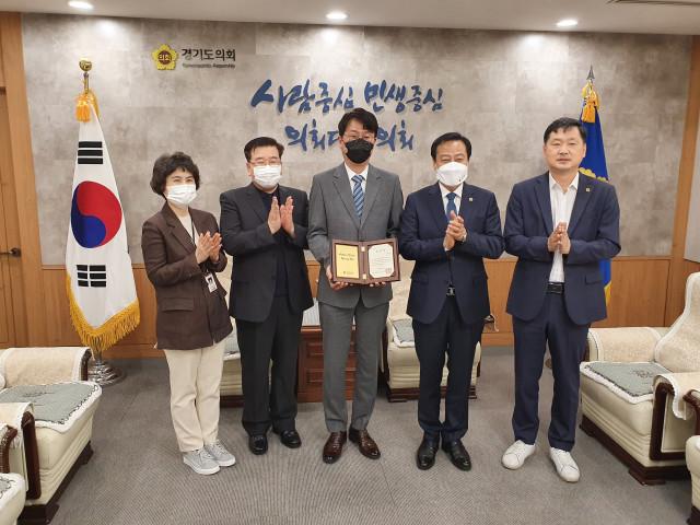 홍사범 해피기버 이사장이 경기도의회 의장 표창을 수상하고 있다