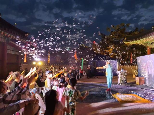 극단아띠가 마련한 만호동락 문화놀이 한마당에서 행복한 버블 공연이 이뤄지고 있다