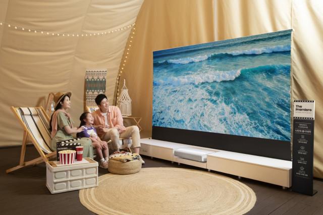 삼성전자 모델이 그랜드 워커힐 서울호텔에 마련된 '포레스트 시네마' 체험존에서 최대 130형의 초대형 화면과 4K 고화질을 자랑하는 프리미엄 빔프로젝터 '더 프리미어'를 체험하고 있다