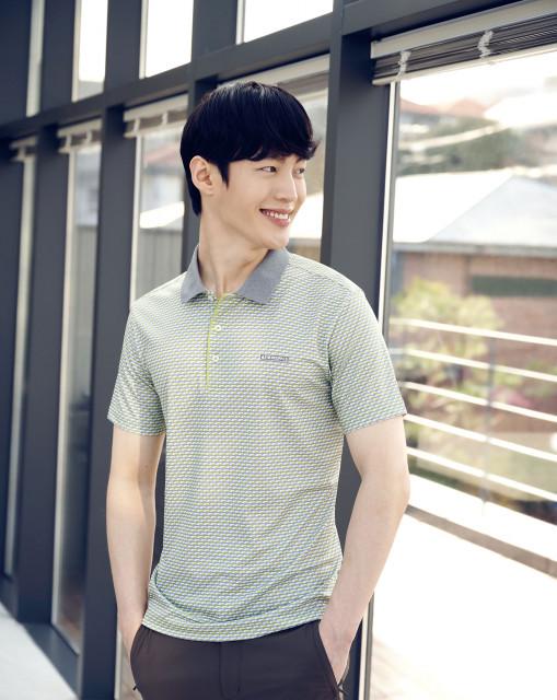 레드페이스의 프리즘 라인 요꼬칼라 하프 티셔츠