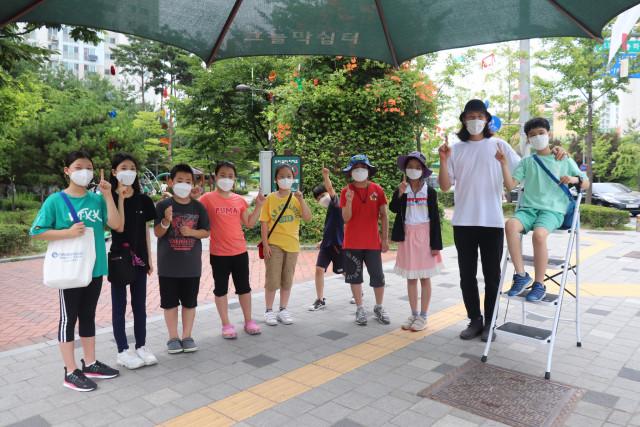 시립강동청소년센터가 진행한 도시재생기획단 1기 프로그램에 참여한 학생들이 기념촬영을 하고 있다