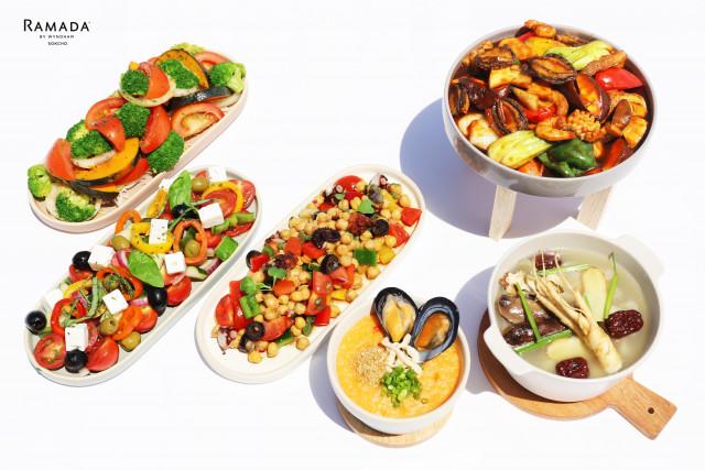 호텔 라마다 속초 프리미엄 라이브 뷔페 오션갤리가 코로나 시대에 맞춰 면역력 증진 및 여름철 원기 회복을 위한 보양 메뉴와 신선함의 대표인 지중해식 샐러드 3종을 선보인다