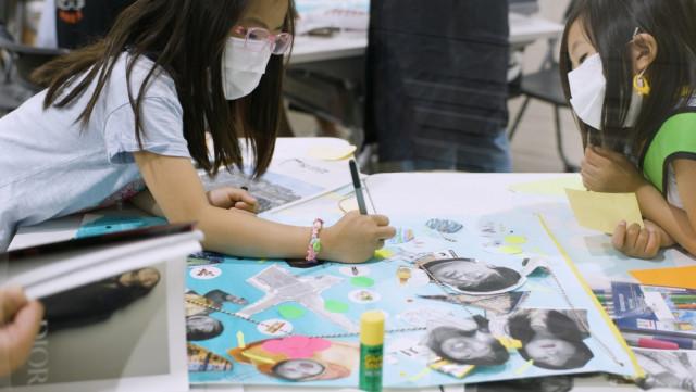 서서울예술교육센터 빼꼼 프로젝트에 참여한 어린이들이 함께 작품을 만들고 있다