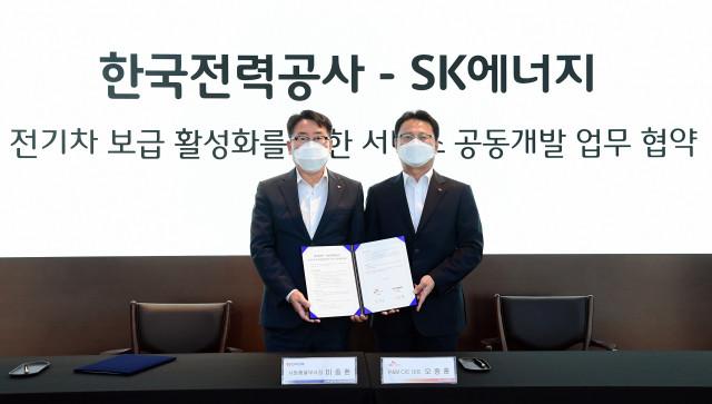 왼쪽부터 이종환 한전 사업총괄부사장과 오종훈 SK에너지 P&M CIC 대표가 협약 체결 후 기념 촬영을 하고 있다