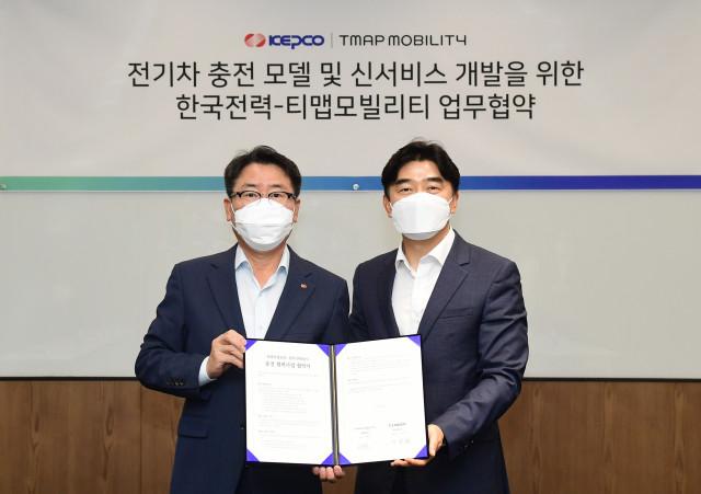 왼쪽부터 이종환 한전 사업총괄부사장과 이종호 티맵모빌리티 대표이사가 협약식에서 기념 촬영을 하고 있다