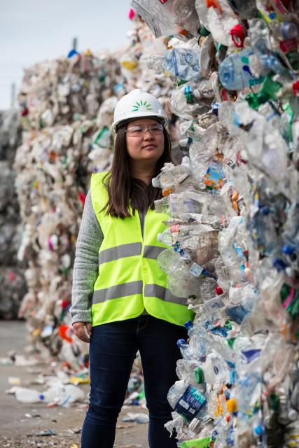 폐기물을 유용한 화학물질로 재활용하기 위해 캘리포니아의 폐기물 복구 시설을 찾은 미란다 왕