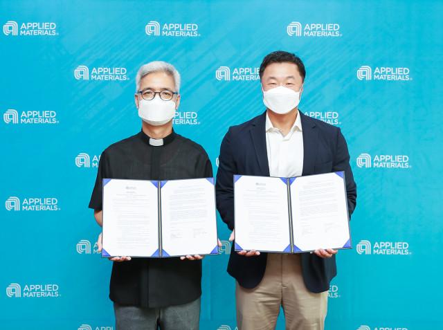 왼쪽부터 최재철 성남환경운동연합 공동대표와 마크 리 어플라이드 머티어리얼즈 코리아 대표가 체결식에서 기념 촬영을 하고 있다
