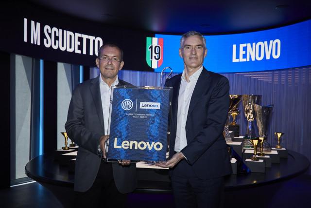 왼쪽부터 레노버 인텔리전트 디바이스 그룹 루카 로시 대표와 인터밀란 알레산드로 안토넬로 CEO