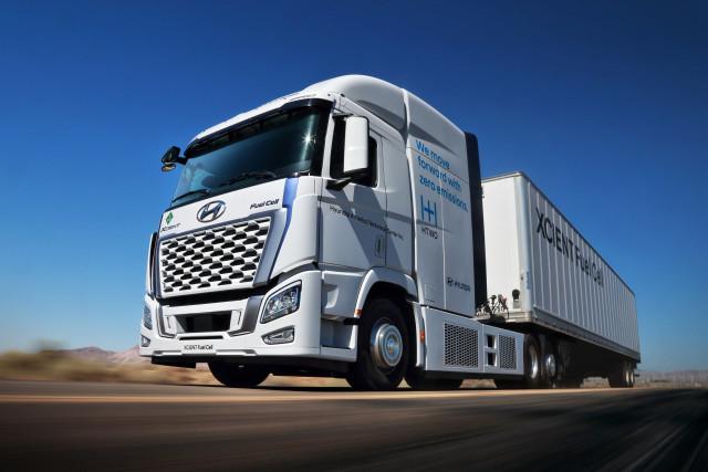 북미 현지 실증 사업에 활용될 예정인 현대차의 엑시언트 수소전기트럭이 시험 주행을 하고 있다