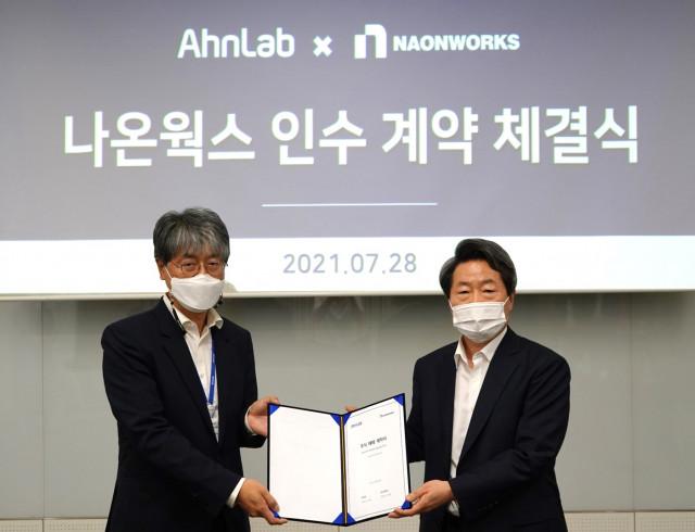 오른쪽부터 안랩 강석균 대표와 나온웍스 이준경 대표가 인수 계약 체결 기념 촬영을 하고 있다