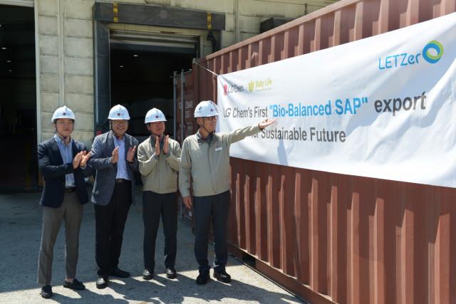 LG화학 임직원들이 여수공장에서 Bio-balanced SAP의 첫 출하를 기념하고 있다