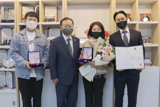 왼쪽에서부터 박태현 기증자, 신희영 회장, 권호경 기증자, 차규락 기증자