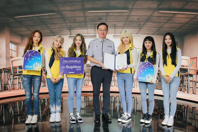 홍보영상 촬영장에서 위촉장을 수여 받은 버가부와 이상익 한국청소년연맹 사무총장