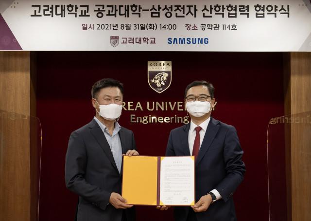 왼쪽부터 이기수 삼성전자 생활가전사업부 부사장과 김용찬 고려대 공과대학장이 협약식에서 기념 촬영을 하고 있다