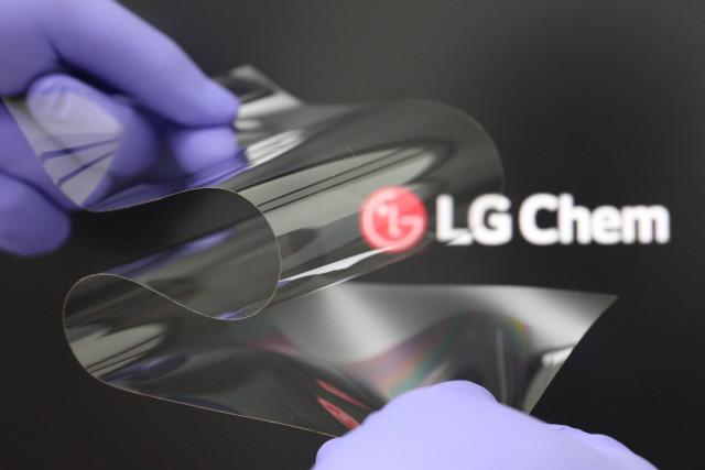 LG화학이 개발한 '리얼 폴딩 윈도우' 제품