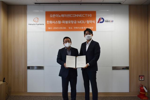 왼쪽부터 이수재 한화시스템 부사장·연구개발본부장과 김영준 파블로항공 대표가 협약식에서 기념 촬영을 하고 있다